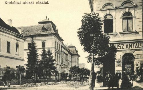 Werbőczy utca:Magyar Királyi Itélőtábla(Kendeffy palota),Törvényszék, Krausz? Antal Őzhöz cimzett fűszer-csemege üzlete,1905 körül.