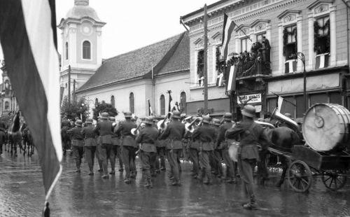 Marosvásárhely:fúvószenekar a ferences barátok temploma előtt (középen Szabó Miklós fényképészeti műterme),1940 szeptember 16.