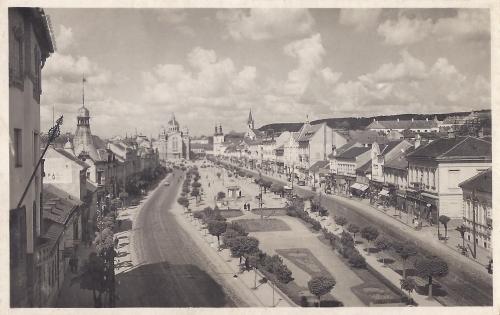 Balra az evangélikus templom,jobbra a Mikszáth Kálmán utca,1944.