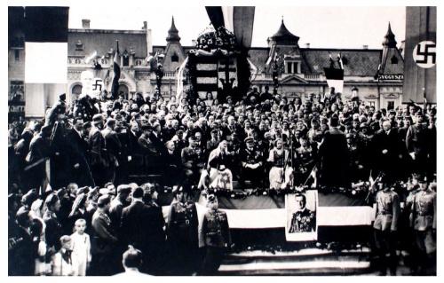 Nagyvárad:ünnepség a főtéren Horthy Miklós előtt.1940