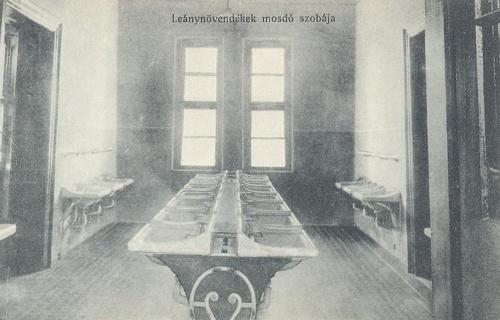 Nagyvárad:leánynövendékek mosdó szobája.1914