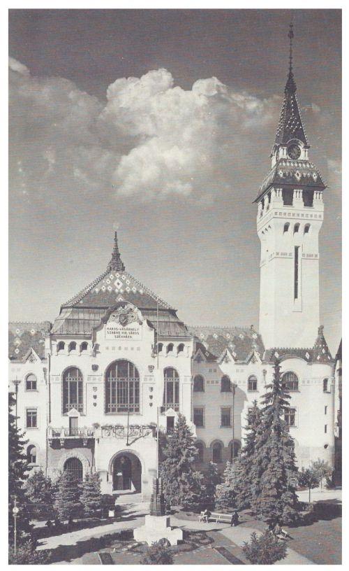 Marosvásárhely:kopjafás országzászló a városháza előtt.1943