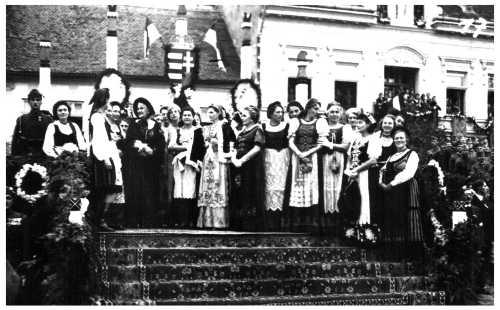 Székelykeresztúr:kormányzó felesége székely leányokkal,1940 szept.11-én.