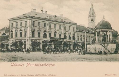 Görög ház (volt Takarékpénztár),terasz feletti falrészben Petőfi emléktábla.1901