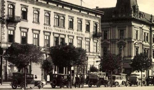 Transilvania szálloda és kávéház előtt régi taxi automobilok,1930k.