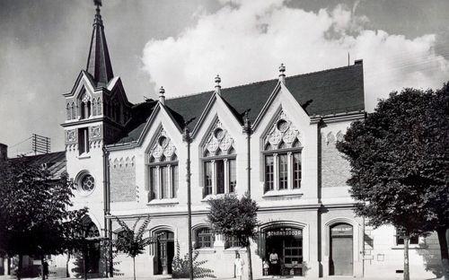 Unitárius templom a Magyar Királyi Dohányárudával.