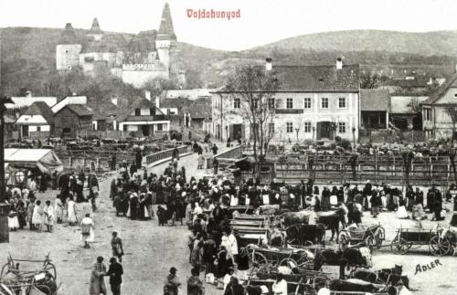 Vajdahunyad:látkép a vásárral a Hunyadi vár felé,1908.