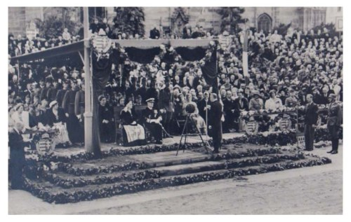 Kolozsvár:Teleki Pál beszédet mond Horthy Miklós előtt.1940