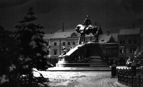 Kolozsvár:Mátyás király szobra éjjel,1938 körül.