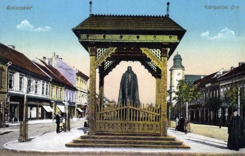 Kárpátok őre szobor a Deák Ferenc utcában (Városháza előtt),jobbra a minoriták temploma,1915-ben.