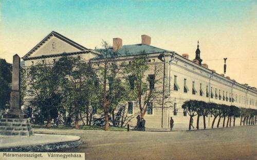 Máramarossziget:Vármegyeháza,balra az 1848-as emlékmű.1905