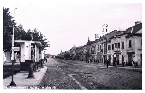 Szászrégen:Horthy Miklós tér,benzintöltő állomás.1942