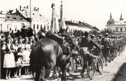 Máramarossziget:magyar kerékpáros honvédek bevonulása,1940.