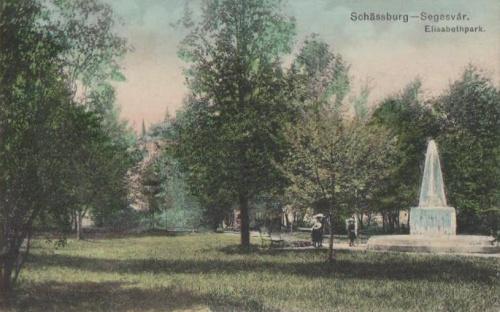 Segesvár:Erzsébet park a királynő emlékművével.1911