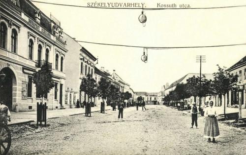Kossuth utca a Budapest szállodával,1915.
