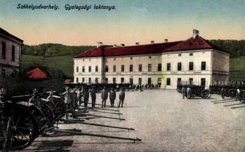 Gyalogsági laktanya tűzérekkel és ágyukkal,1917-ben.
