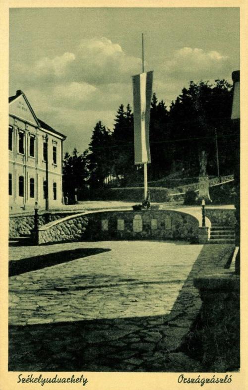 Országzászló a cimerekkel,1944.