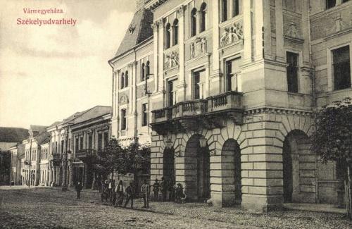 Vármegyeháza a megye cimerével,1908.