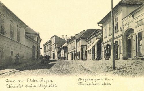 Szászrégen:Magyarrégeni utca Hirschler Mór férfi szabó üzletével,1900.