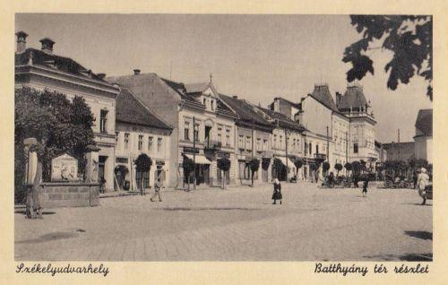 Székelyudvarhely:Batthyány tér,balra emlékmű,jobbra Megyeháza.1943