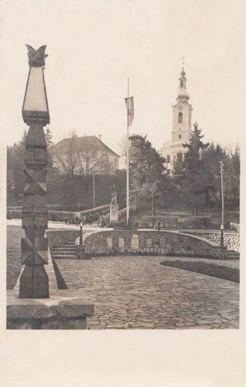 Székelyudvarhely:országzászló a katolikus templommal.1944