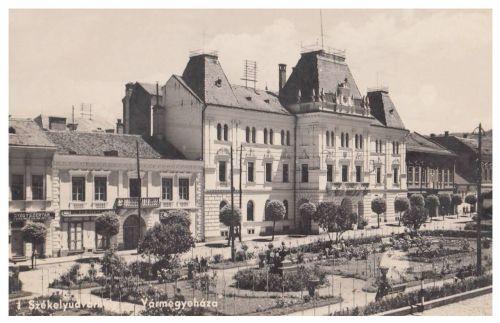 Székelyudvarhely:vármegyeháza,balra gyógyszertár.1941