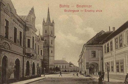 Beszterce:Erszény utca a templommal és Lábas házzal.1908