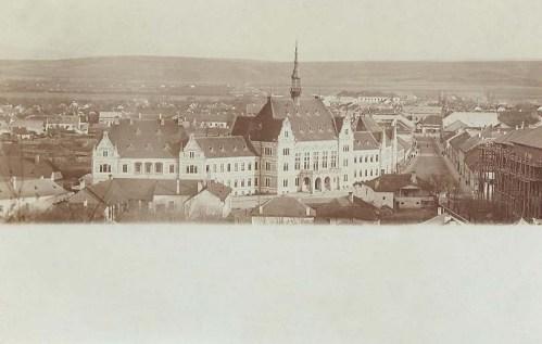 Déva:látkép a Vármegyeházával.1900