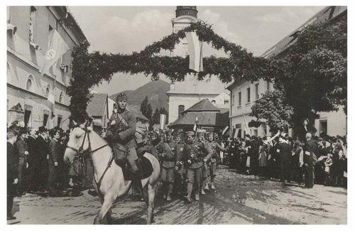 Nagybánya:magyar honvédek bevonulása diszkapu alatt.1940
