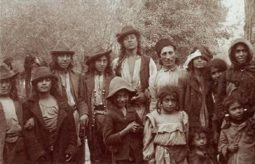 Cigány karaván ifjúsága és román kisérőjük Resica határában ,1907-ben.