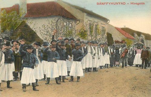 Bánffyhunyad:lakodalmi menet,esküvői hivógatók.1911
