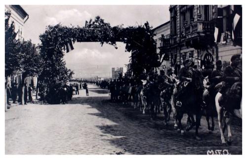 Dés:magyar honvédek diszkapu alatt.1940
