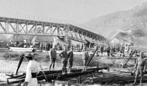 Gyimes:magyar honvédek újraépítik a hidat,1917.