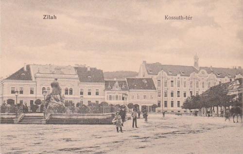 Zilah:Kossuth tér,balra a Wesselényi szobor.1915