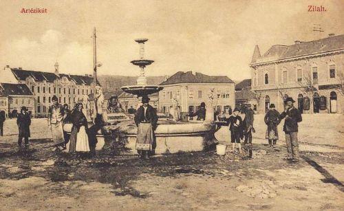 Zilah:Artézi kút,balra a kollégium.1908