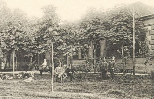 Nagyszalonta:főszolgabiró háza és családja a csendőrökkel,1902.
