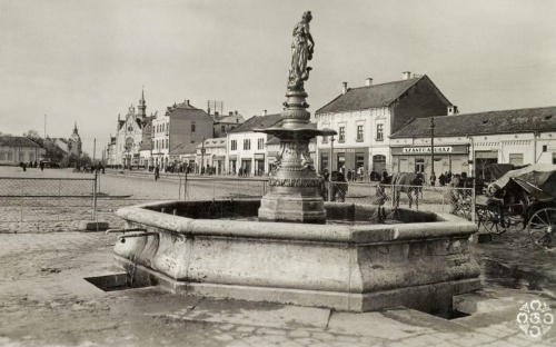 Nagyszalonta:Artézi kút,Guttmann Miksa üzlete és a Szántó áruház,1942.