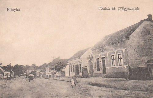 Bonyha:Baja János vegyeskereskedése,mellette gyógyszertár.1914