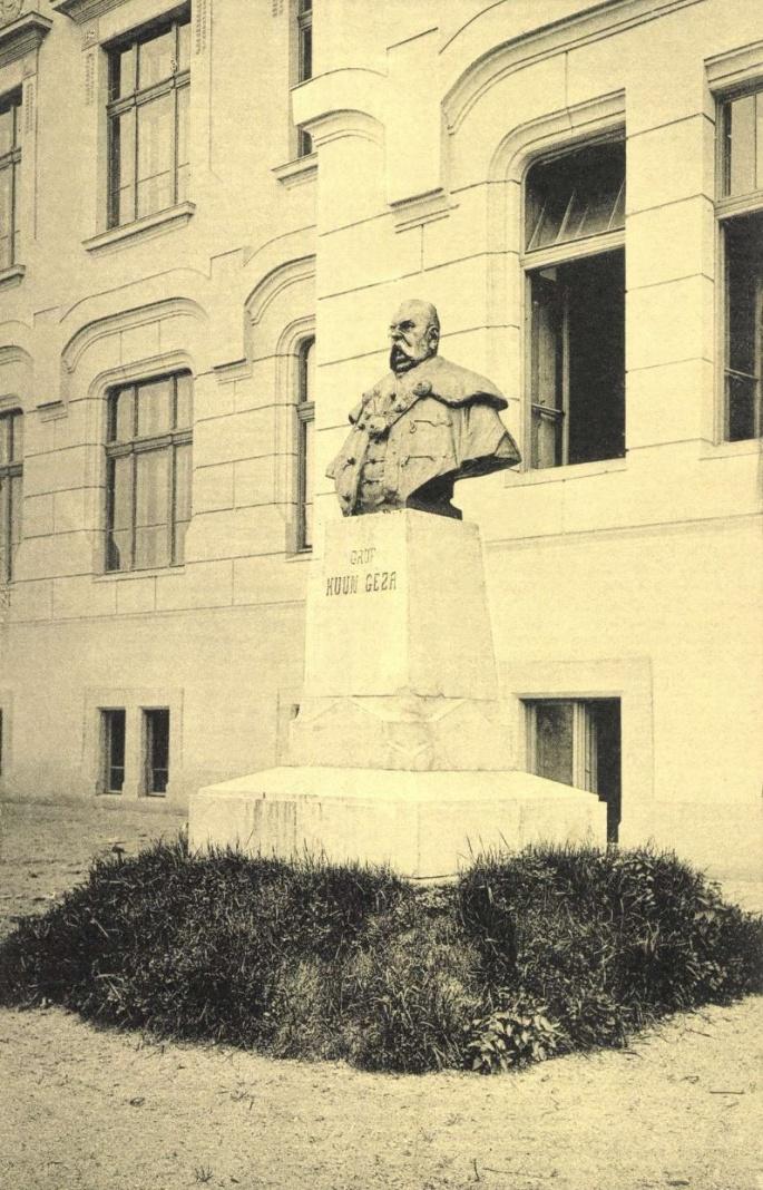 Gróf Kuun Géza szobra az általa építtetett református gimnázium előtt,1907.