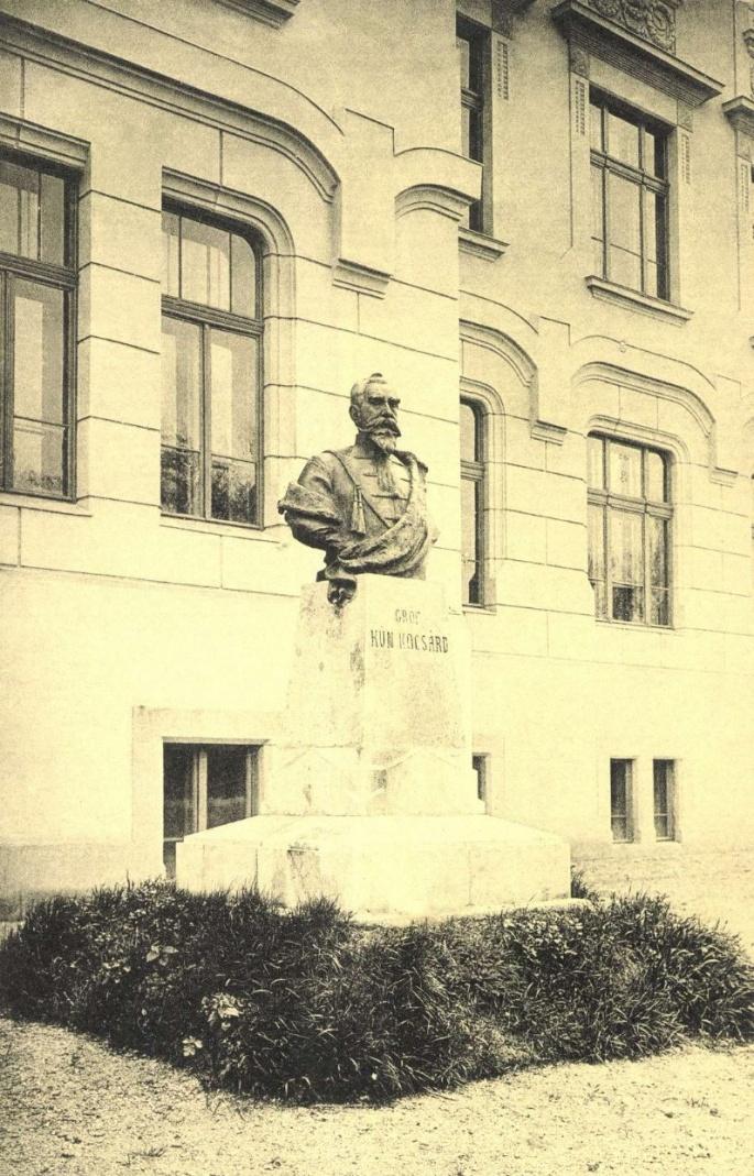 Gróf Kún Kocsárd szobra a Református Kún Gimnázium előtt,1907.