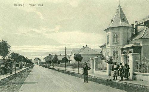Hátszeg:Vasút utca a villákkal és a pályaudvarral.1912