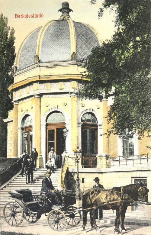 Herkulesfürdő:lovas hintó a pályaudvar előtt.1908