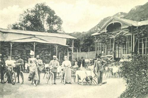Herkulesfürdő:Majorkert az étteremmel és kerékpáros vendégekkel,1903.