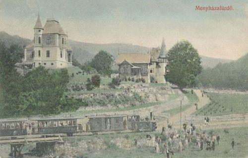 Menyháza fürdő:vonat érkezése,háttérben villák.1909