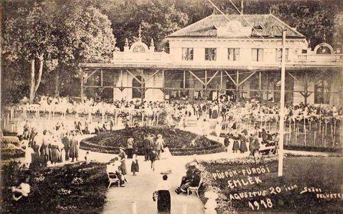 Püspökfürdő:augusztus 20-i ünnepség a Gyógyterem előtt.1918