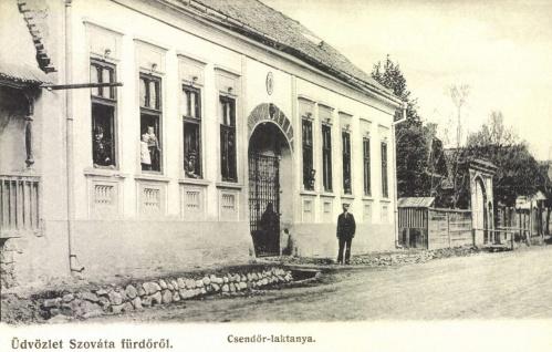 Szováta:csendőr laktanya,jobbra székelykapu,1906.