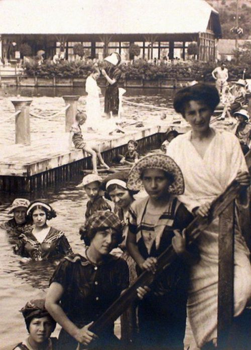 Vizakna:fürdőzők a  sós tóban.1912