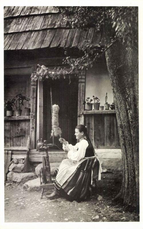 Csikfitód: székely leány a fonószék előtt,1942.