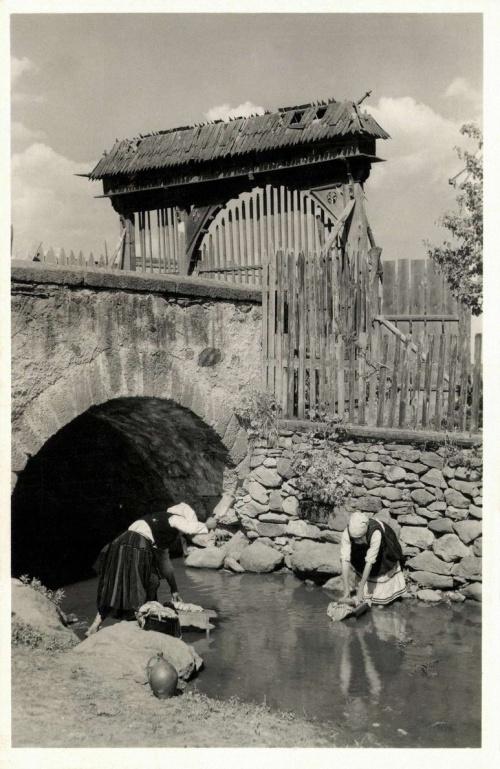 Csikjenőfalva:ruha sulykolása a patakban,1942.