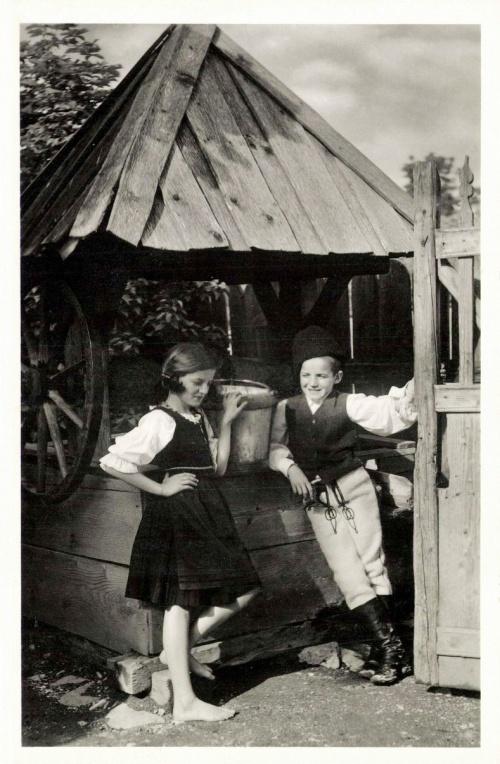 Csiktaploca:székely leány és fiú a kútnál,1942.